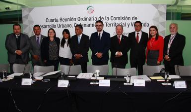 Román Meyer Falcón con integrantes de la Comisión de Desarrollo Urbano, Ordenamiento Territorial y Vivienda del Senado
