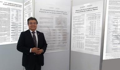 Doctor Fernando Meneses junto con varios posters.