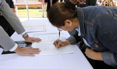 Acreditada del FOVISSSTE firma sus escrituras