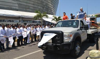 Personal de SEMAR se desplaza en vehículo oficial de dicha institución durante el banderazo de la Operación Salvavidas 2019