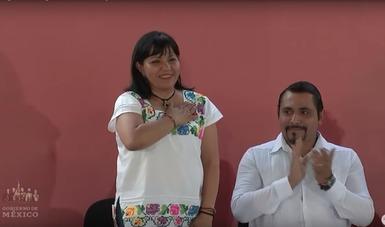 La coordinadora nacional del Programa Becas para el Bienestar Benito Juárez, Leticia Ánimas Vargas, durante la entrega de Becas Benito Juárez en Ticul, Yucatán.