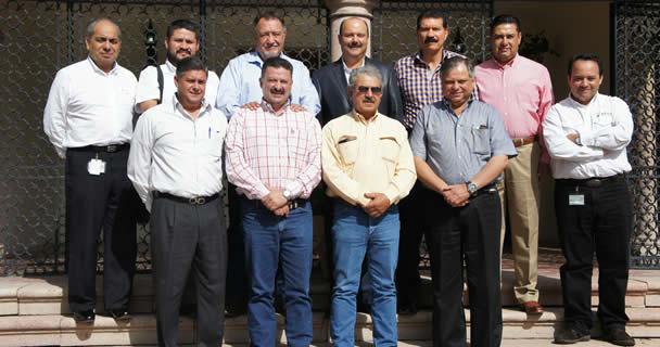 El director en jefe del Servicio Nacional de Sanidad, Inocuidad y Calidad Agroalimentaria (SENASICA), Enrique Sánchez Cruz, el gobernador de Chihuahua, César Duarte Jáquez, y ganaderos.