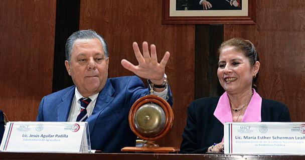 Encabezan subsecretario de Agricultura, Jesús Aguilar Padilla, y directora general de la Lotería Nacional, María Esther Scherman, sorteo conmemorativo del PROAGRO Productivo.