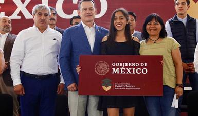 La coordinadora nacional del Programa de Becas para el Bienestar Benito Juárez en la entrega de apoyos en Hidalgo.