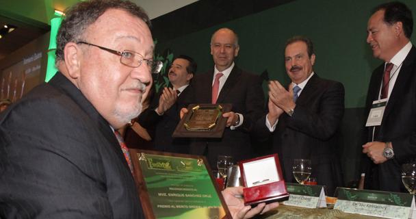 Enrique Sánchez Cruz, recibió el premio de manos del titular de la SAGARPA