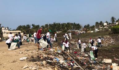 Aproximadamente diez mil trabajadores de la Semarnat salieron desde muy temprano con sus familias para sumarse de manera voluntaria a la campaña Limpiemos México.