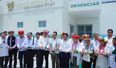 Director General cortando el lanzo de inauguración del hospital rural.
