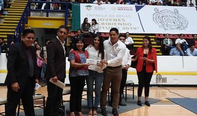 Entregan becas a estudiantes de Educación Superior en Universidad Michoacana