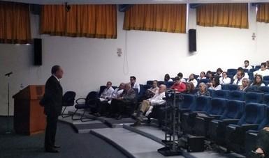 El doctor Lezana durante su presentación