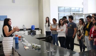 Los estudiantes reciben capacitación técnica por parte de los científicos