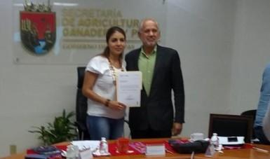 La  Mtra. Zaynia Gíl y el Dr. José Fernando De La Torre, sellan compromiso.