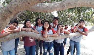 Estudiantes de Educación Media Superior de Cacahuatepec, Guerrero.