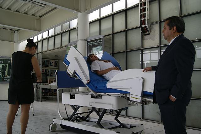 Cama robótica asistencial, para manejo de pacientes