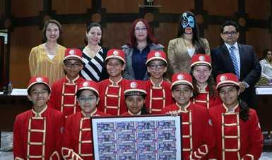 Fotografía donde posan Mitzi Molina Ramírez, Gala Lutteroth, Irizabeth Elizarrarás Soto, Sanely y Luis Alberto Reyes acompañados de un grupo de 9 niñas y niños gritones con una ampliación del sorteo
