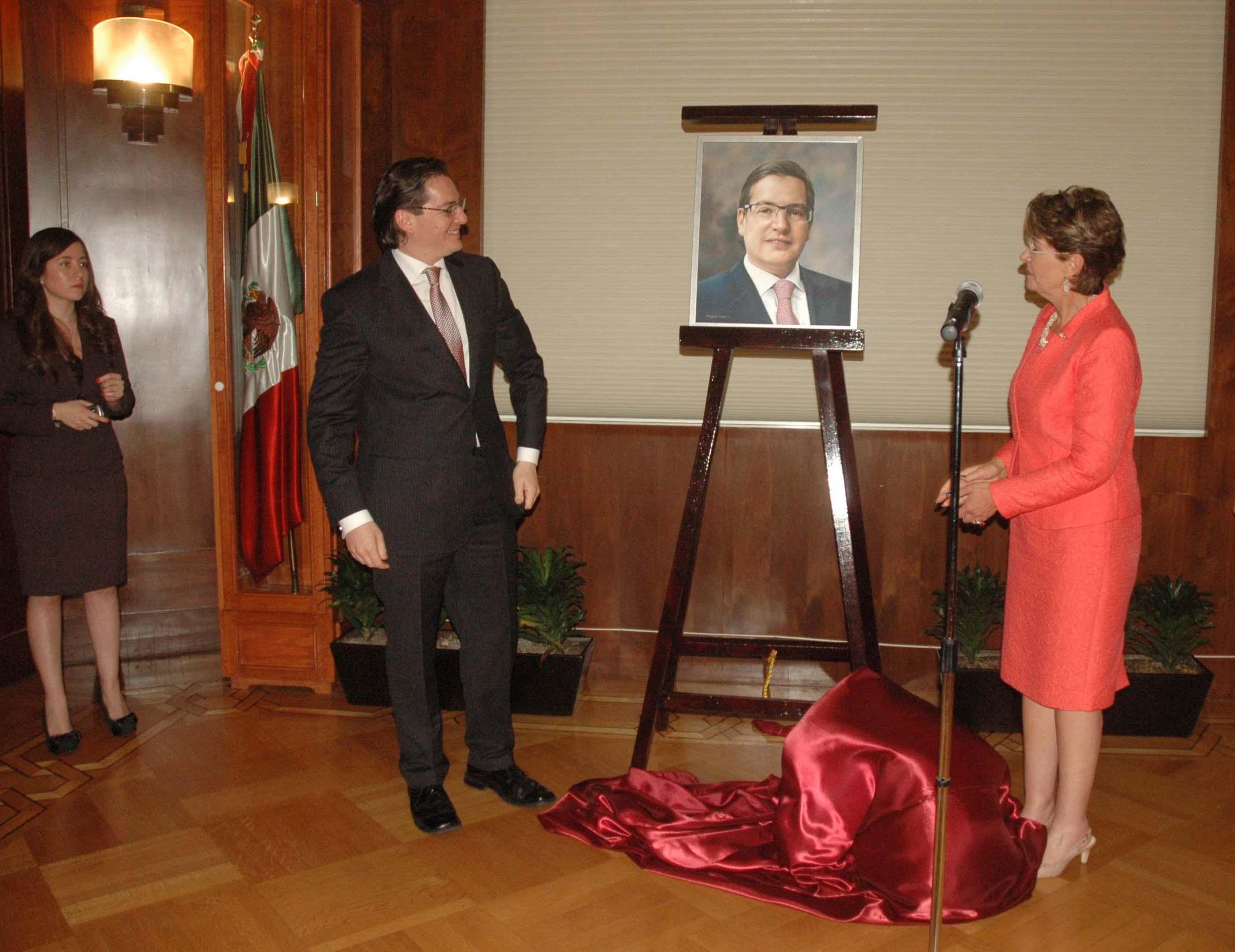 La Secretaria de Salud, Mercedes Juan, devela retrato de Salomón Chertorivski