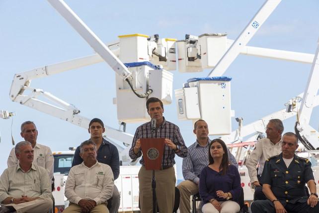 """El Presidente Enrique Peña Nieto encabezó hoy una reunión de evaluación de las tareas desarrolladas en esta entidad tras el paso del huracán """"Odile"""""""