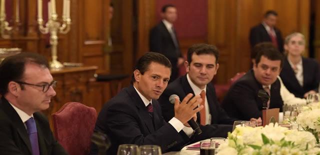 En la reunión, el Primer Mandatario deseó éxito a los miembros del Consejo General del INE en los trabajos relativos al proceso electoral que está por iniciar.