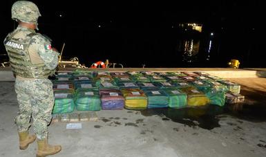 SEMAR detiene a siete presuntos infractores de la Ley y asegura más de una tonelada de presunta droga, en Costas de Chiapas