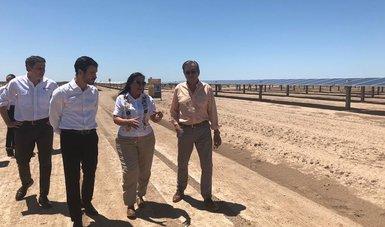 Hermosillo, Sonora.- La secretaria de Energía, Rocío Nahle García, encabezó la inauguración del parque fotovoltaico La Orejana en Hermosillo, Sonora, que cuenta con más de 500 mil paneles solares y una capacidad de 162 MWp, suficiente para abastecer de en