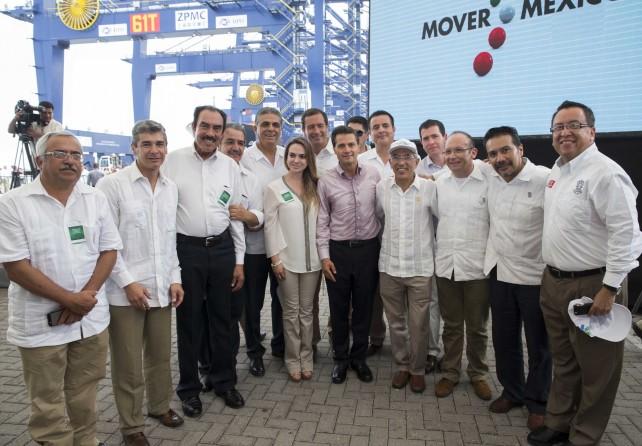 La obra hoy inaugurada, con una inversión de más de dos mil 500 millones de pesos, amplía la capacidad portuaria de Lázaro Cárdenas en un 50 por ciento.
