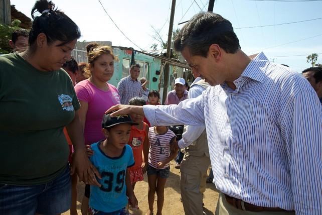En la comunidad de Todos Santos, realizó un recorrido y visitó el albergue instalado en la Casa del Estudiante