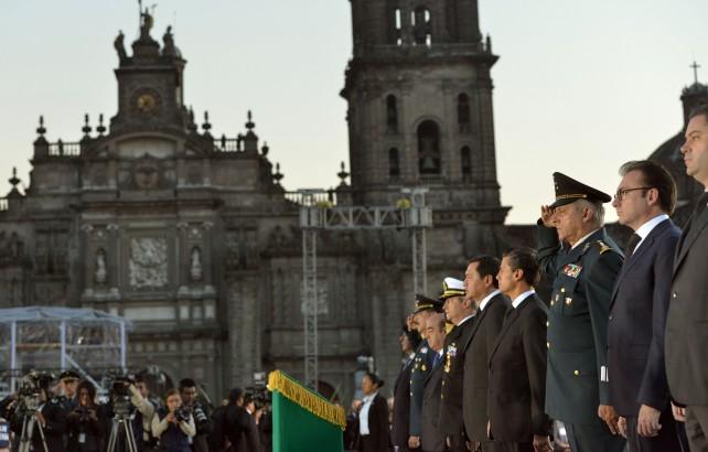 En punto de las 7:19 horas, el Titular del Ejecutivo Federal izó la Bandera Nacional a media asta, mientras se entonaba el Canto a la Bandera. Al término, la banda de guerra interpretó el Toque de Silencio.