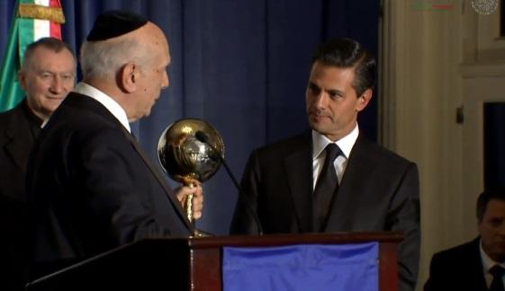 El Presidente de la República recibió el premio al Estadista Mundial 2014