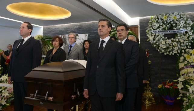 El Presidente de la República, Enrique Peña Nieto, acudió hoy al funeral del pintor mexicano Luis Nishizawa, en donde, acompañado de familiares del artista y de miembros de su Gabinete, montó una Guardia de Honor.