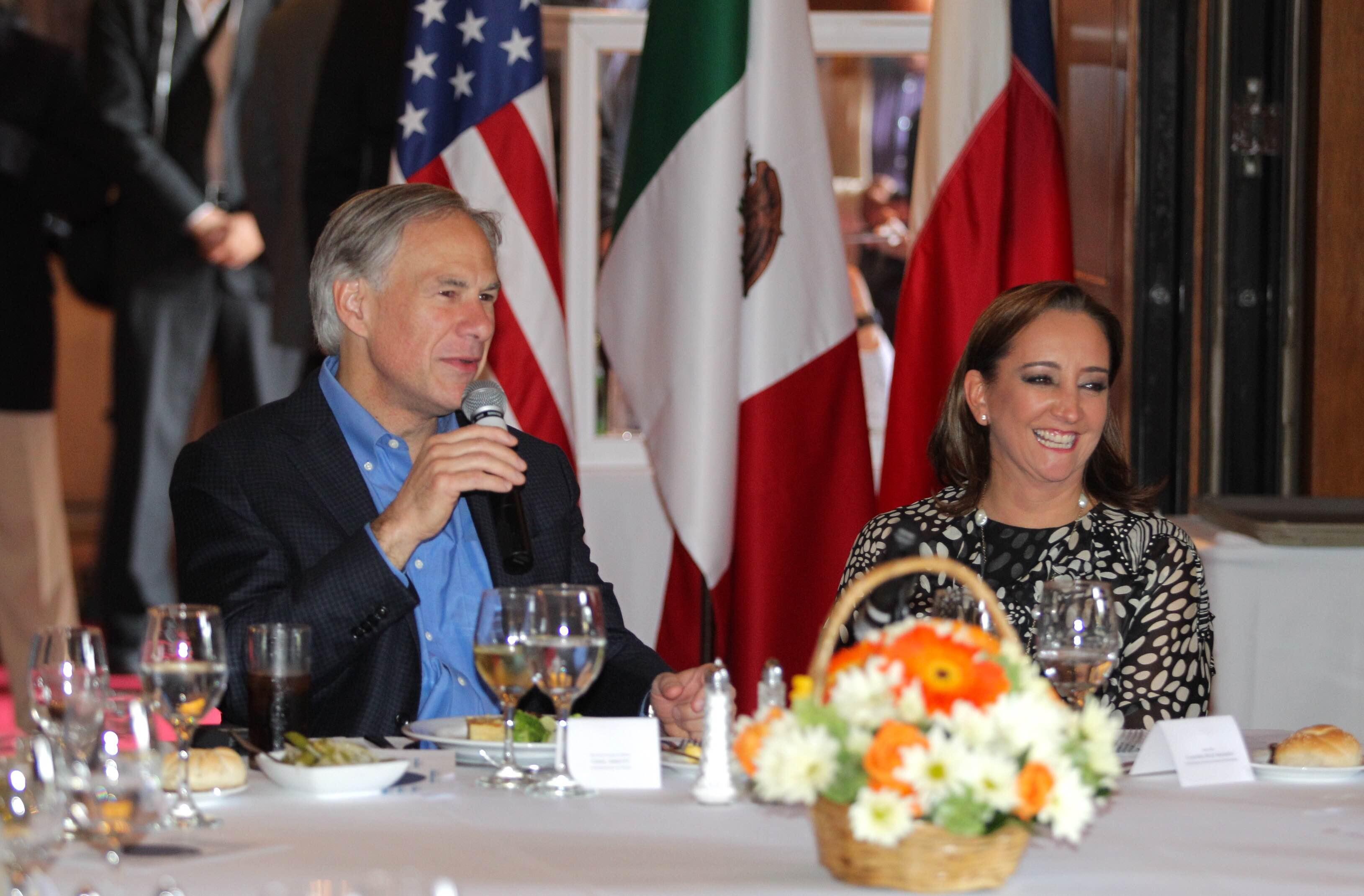 La  canciller Claudia Ruiz Massieu y el gobernador de Texas Greg Abbott