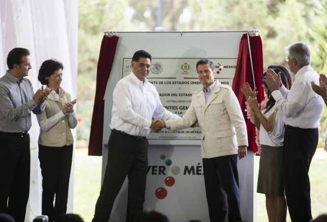 """En el evento, el Presidente Peña Nieto develó la placa inaugural de los Puentes Gemelos y modernización del bulevar """"Lic. Armando del Castillo Franco""""."""