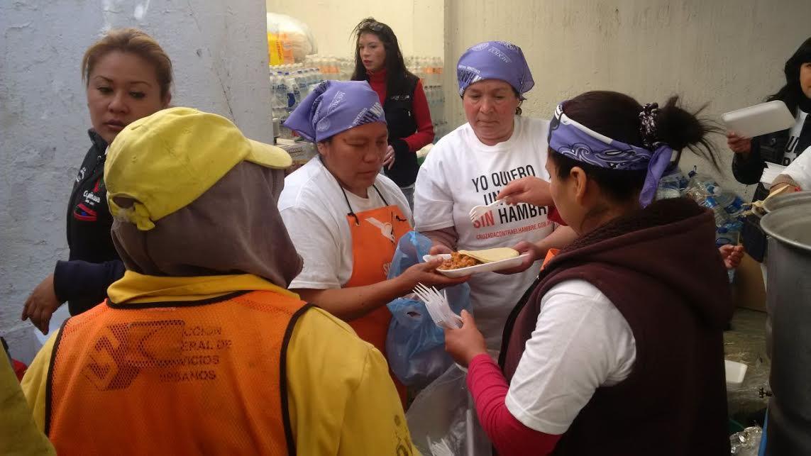 Se reparten más de 300 alimentos diarios en las inmediaciones del Hospital Materno Infantil.