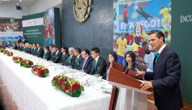 """El Presidente Peña Nieto pidió a los integrantes de la Selección """"sentirse orgullosos de su desempeño y seguir apuntando a lo más alto, ya que portaron los colores de México con patriotismo, honor y gallardía""""."""