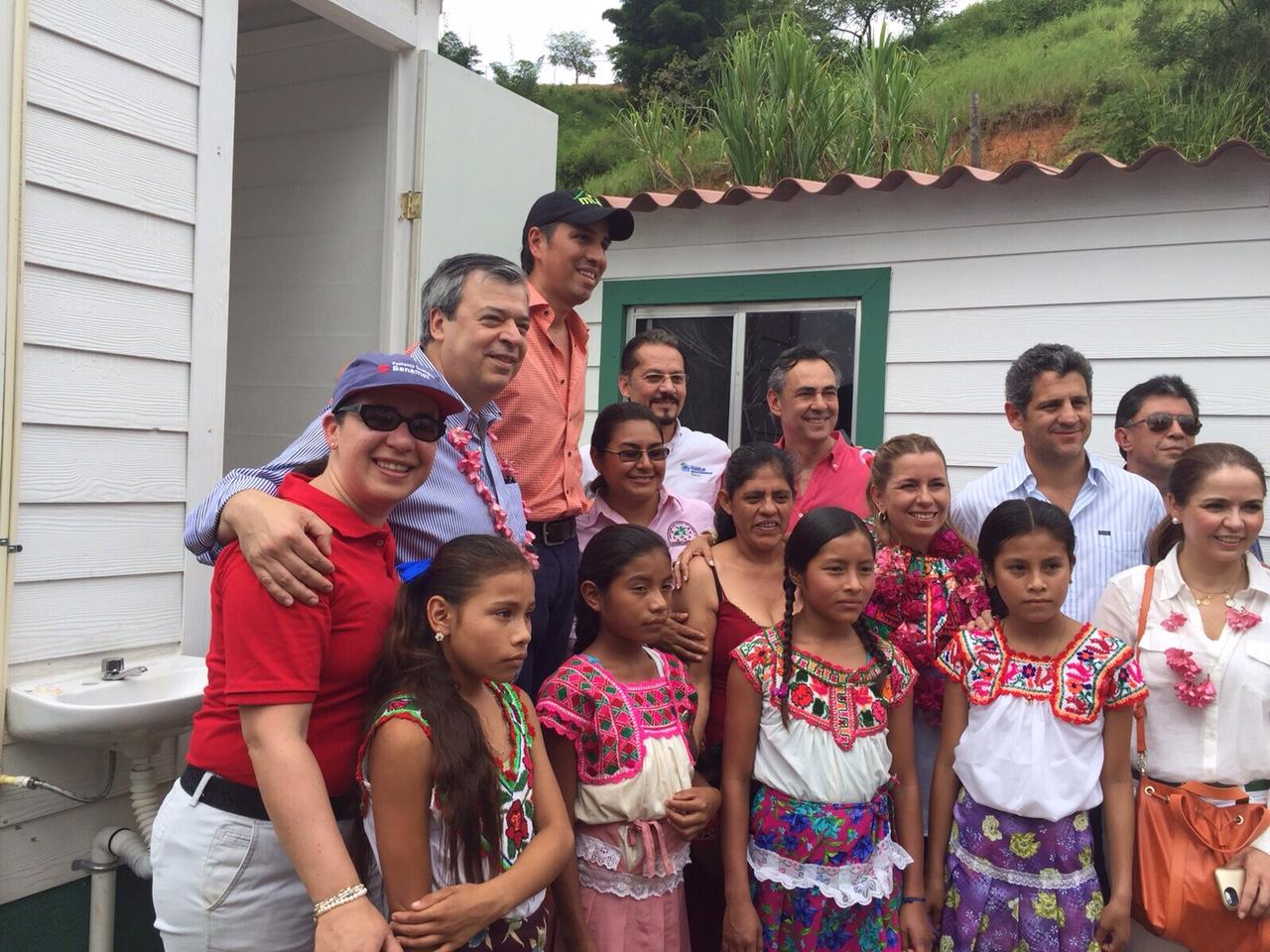 Descripción de la imagen: La directora general de Conavi, Paloma Silva de Anzorena, entregó viviendas con una inversión de 27 MDP en Santa Lucía Teotepec.