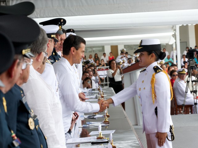 """Agregó que los mexicanos estamos orgullosos de tener una Marina Armada profesional y eficaz, formada en los más altos valores y con programas de estudio de vanguardia""""."""