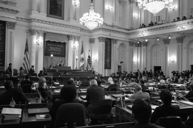 """El Gobernador de California, Edmund G. Brown, dijo ante el pleno de la Asamblea Estatal que con el Presidente Enrique Peña Nieto """"hoy hemos hablado del transporte, de cruzar las fronteras más fácilmente y rápido, para acelerar el comercio y el empleo""""."""