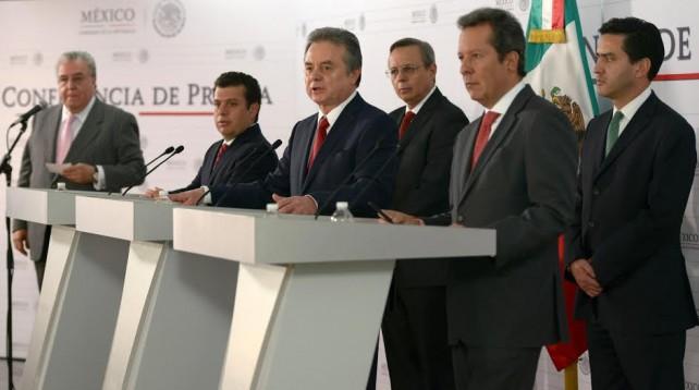 En una conferencia de prensa conjunta, el Secretario de Energía, Pedro Joaquín Coldwell; el Consejero Jurídico del Ejecutivo Federal, Humberto Castillejos Cervantes, y el Vocero del Gobierno de la República, Eduardo Sánchez Hernández