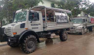 Camión  tipo comando con lona de Plan Marina