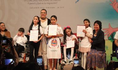 Titular del SNDIF premió a ganadores.