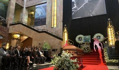 El pintor, escultor, muralista, grabador y maestro Gilberto Aceves Navarro fue despedido por familiares y amigos en el Palacio de Bellas Artes.
