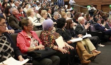 mujeres y hombres adultos mayores en auditorio