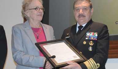 Almirante Eduardo Redondo Arámburo Subsecretario de Marina recibiendo el certificado de Recertificación al Sistema de Control Hospitalario
