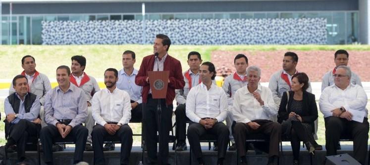 El Presidente Enrique Peña Nieto dirige su mensaje durante la inauguración del Camino de Acceso a la Zona Industrial de San José Chiapa y del Distribuidor Vial Número 9 del Anillo Periférico Ecológico, de la capital poblana.