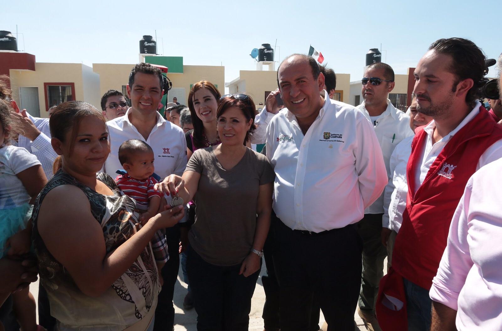 La Titular de SEDATU, Rosario Robles Berlanga realizó gira de trabajo por Ciudad Acuña, Coahuila para supervisar las obras de reconstrucción de las zonas afectadas por el tornado del pasado mes de mayo.