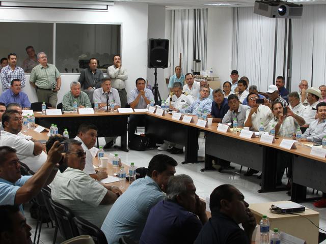 El titular de la CONAPESCA, Mario Aguilar Sánchez, reconoció el compromiso de los dirigentes y representantes de productores de altamar y de ribera para salvaguardar el orden y respetar las fechas y zonas de pesca que les corresponden.