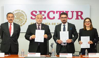 Al centro, Miguel Torruco, secretario de Turismo y Román Meyer, titular de la Sedatu.