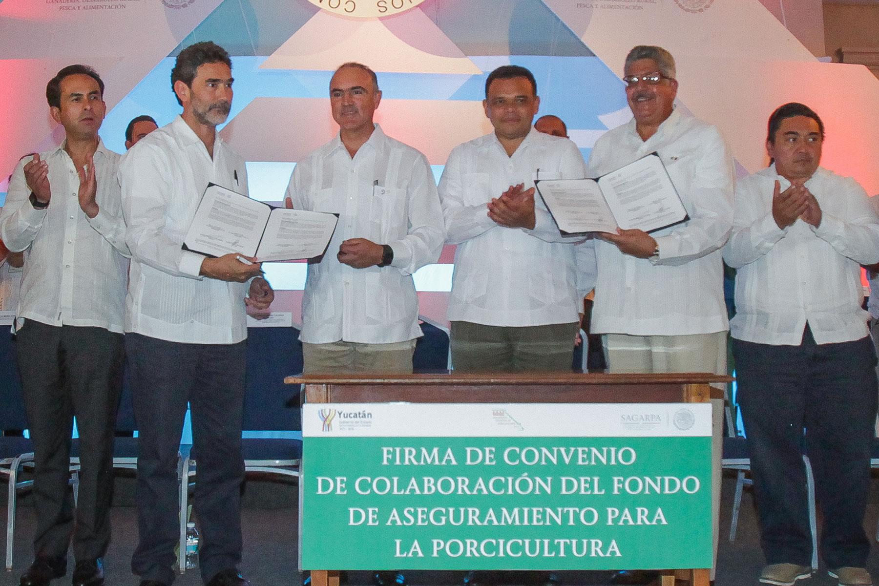 El titular de la Secretaría de Agricultura, Ganadería, Desarrollo Rural, Pesca y Alimentación (SAGARPA), José Calzada Rovirosa, y el gobernador de Yucatán, Rolando Zapata Bello, inauguraron el XIV Encuentro Nacional de Porcicultura 2015.