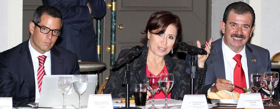 La secretaria de Desarrollo Agrario, Territorial y Urbano, Rosario Robles Berlanga, explica proyectos a integrantes de la CANADEVI.