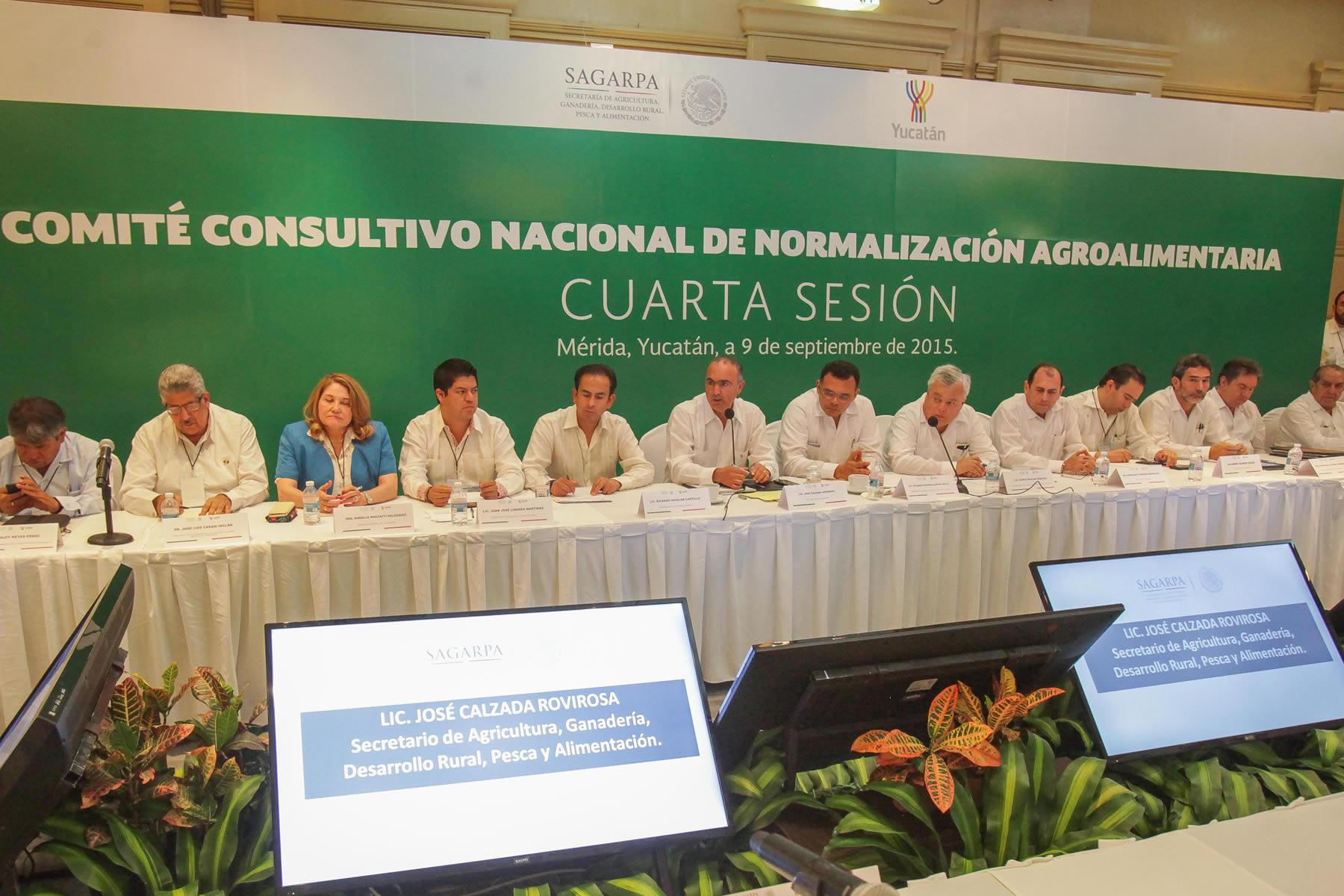 El titular de la SAGARPA, José Calzada Rovirosa, y el gobernador de Yucatán, Rolando Zapata Bello, participaron en la Cuarta Sesión del Comité Consultivo Nacional de Normalización Agroalimentaria.