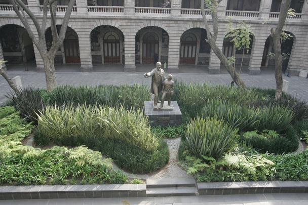 Estatua de Benito Juárez ubicada en el patio de las fiestas de la SEP