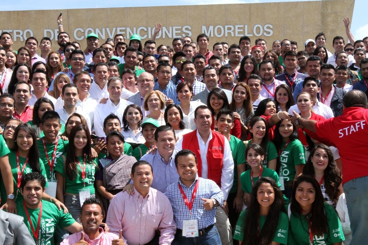 Los secretarios de Desarrollo Agrario, Territorial y Urbano, Rosario Robles, y de Desarrollo Social, José Antonio Meade, durante la inauguración de la Reunión Nacional Municipio y Poder Joven, en Xochitepec, Morelos.